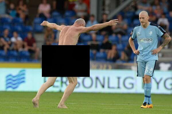 ВДании нафутбольное поле популярный футболист выбежал голым