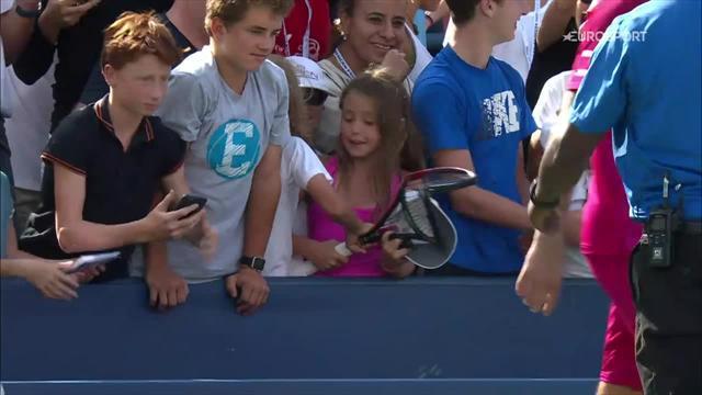 Wawrinka passe ses nerfs sur sa raquette… avant de l'offrir à une fan