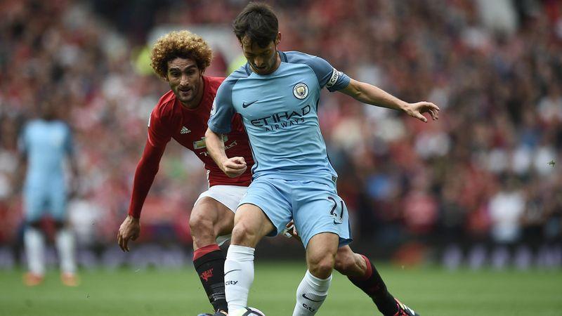 David Silva (Manchester City) résiste au pressing de Marouane Fellaini (Manchester United)