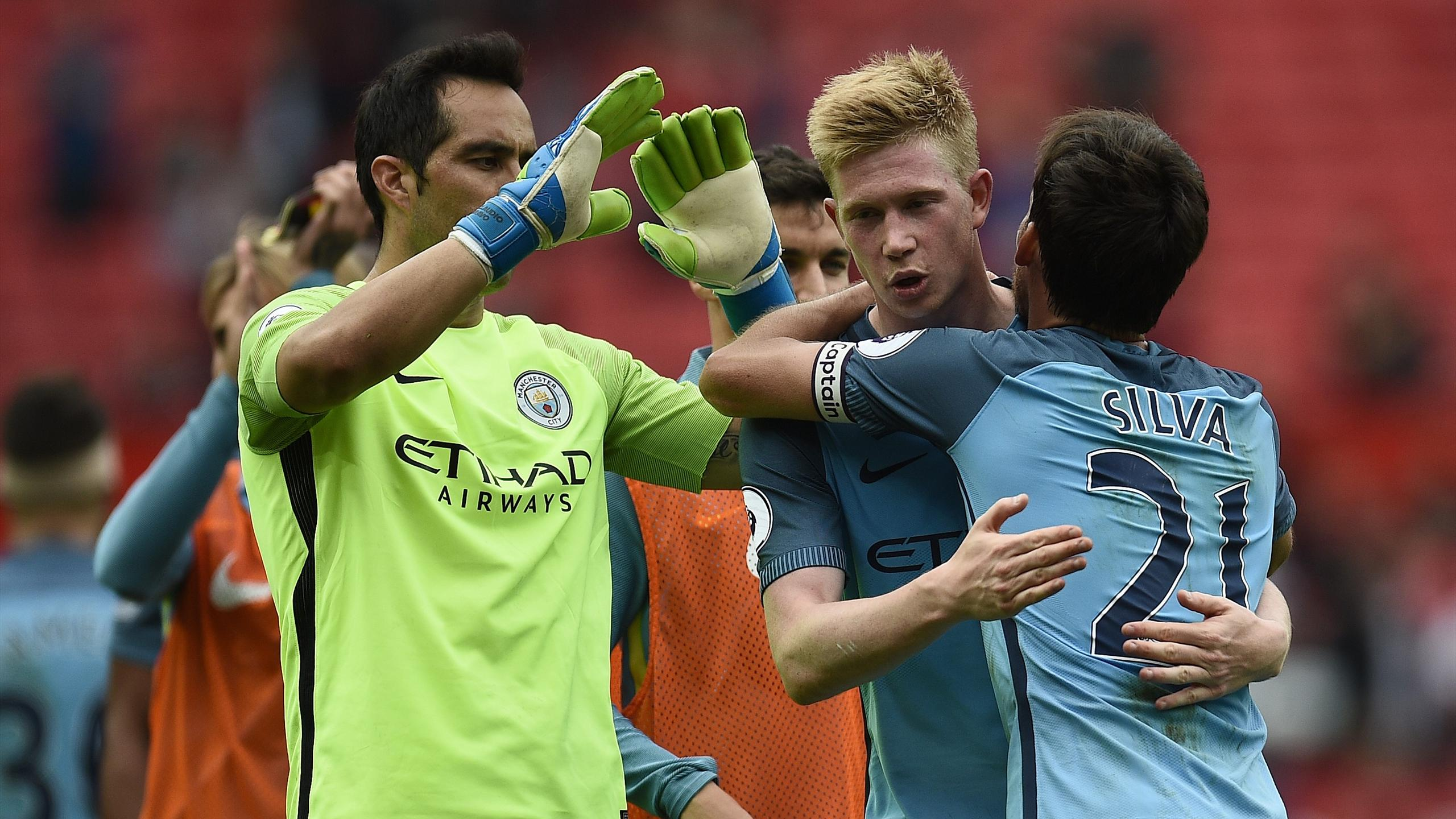 Manchester City's Spanish midfielder David Silva (R), Manchester City's Belgian midfielder Kevin De Bruyne