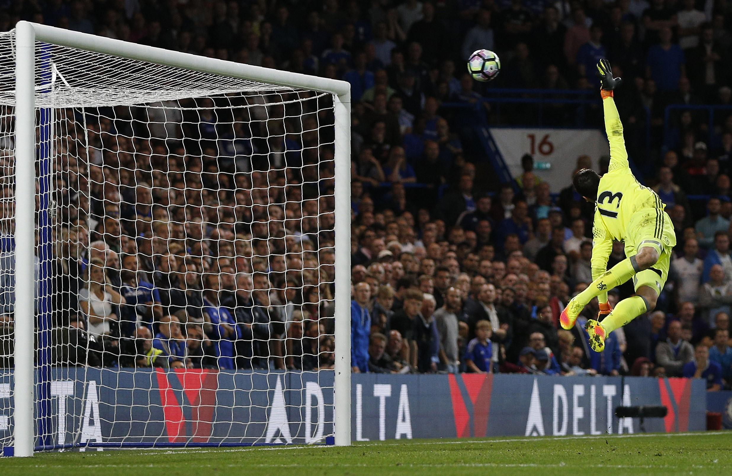 Джордан Хендерсон забивает в ворота Тибо Куртуа в матче «Челси» – «Ливерпуль»