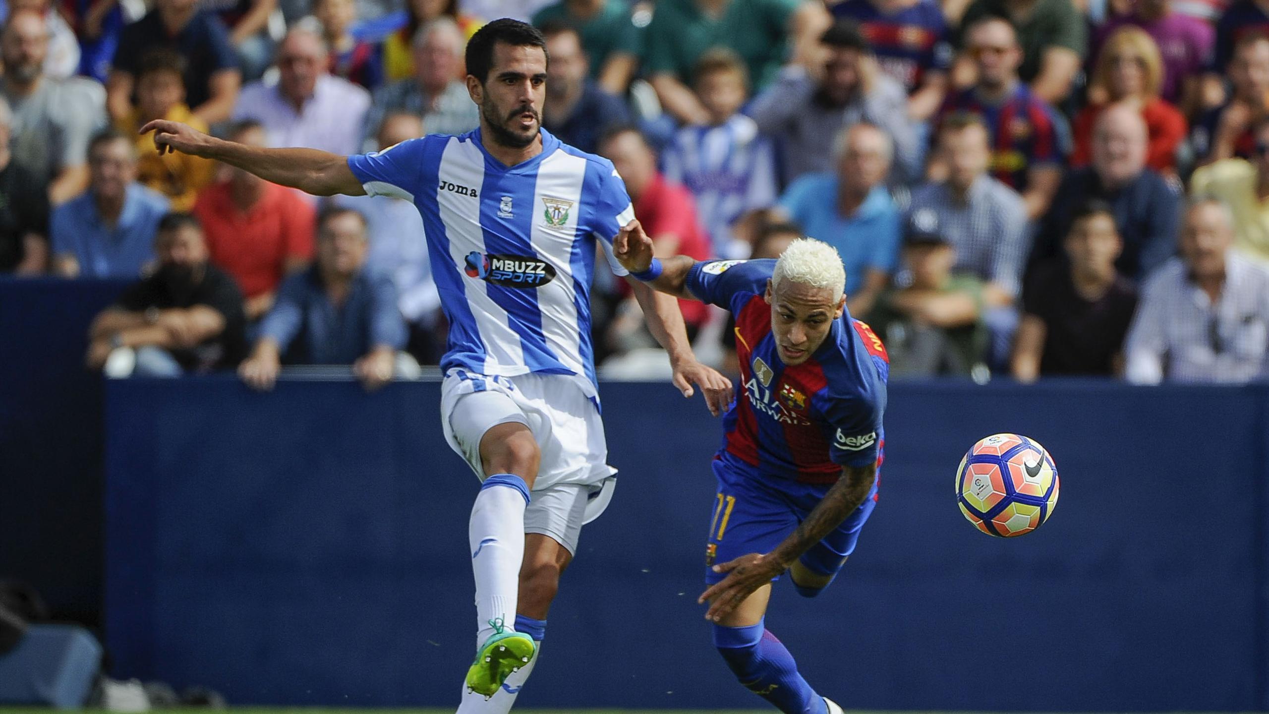 Neymar opposé à Pablo Insua lors du match opposant Leganes au FC Barcelone