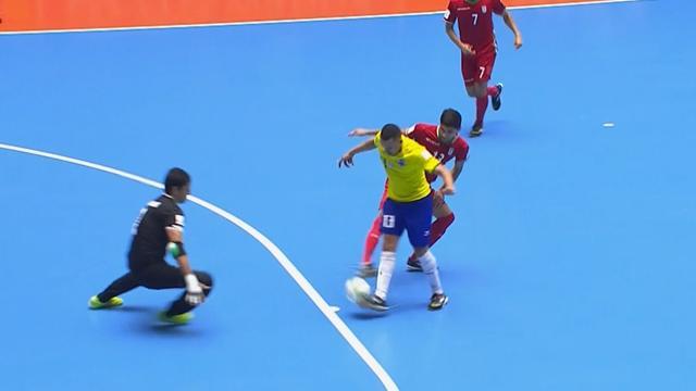 Бразилия бесподобно разыграла штрафной, но уступила Ирану в игре, в которой ногами бьют по мячу