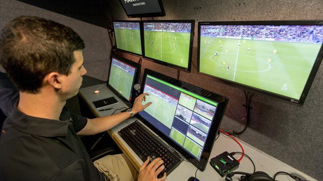 Video-Schiedsrichter sorgt bei Weltpremiere in den Niederlanden für Platzverweis