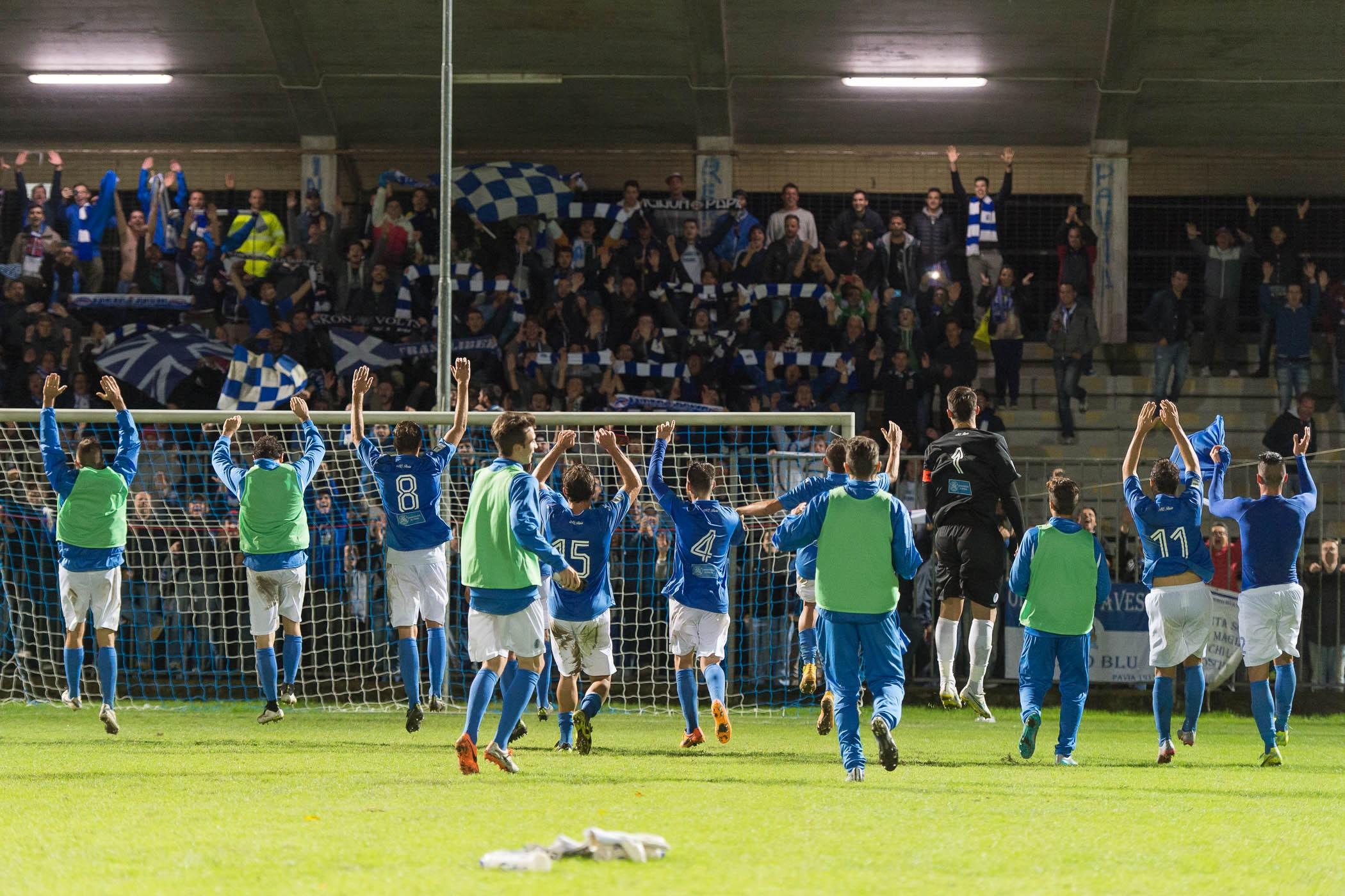 Tifosi e giocatori del Pavia calcio