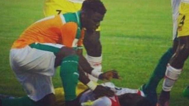 Aurier eroe: salva la vita ad un avversario in campo