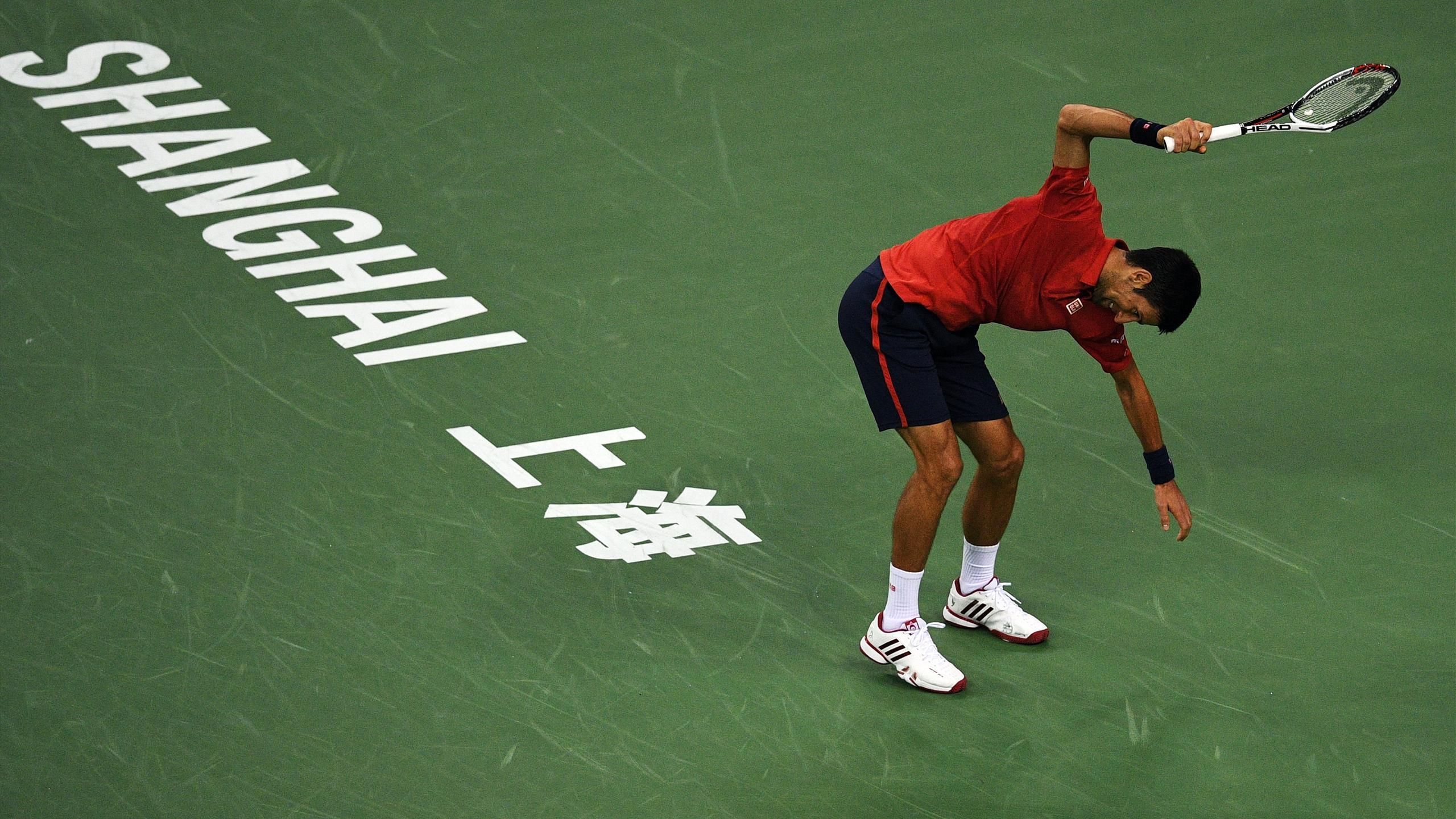 Novak Djokovic fracasse sa raquette après la perte du 1er set contre Bautista Agut en demie à Shanghai