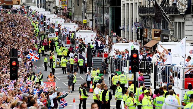 Два самозванца с пластиковыми медалями пробрались на парад олимпийских призеров в Манчестере