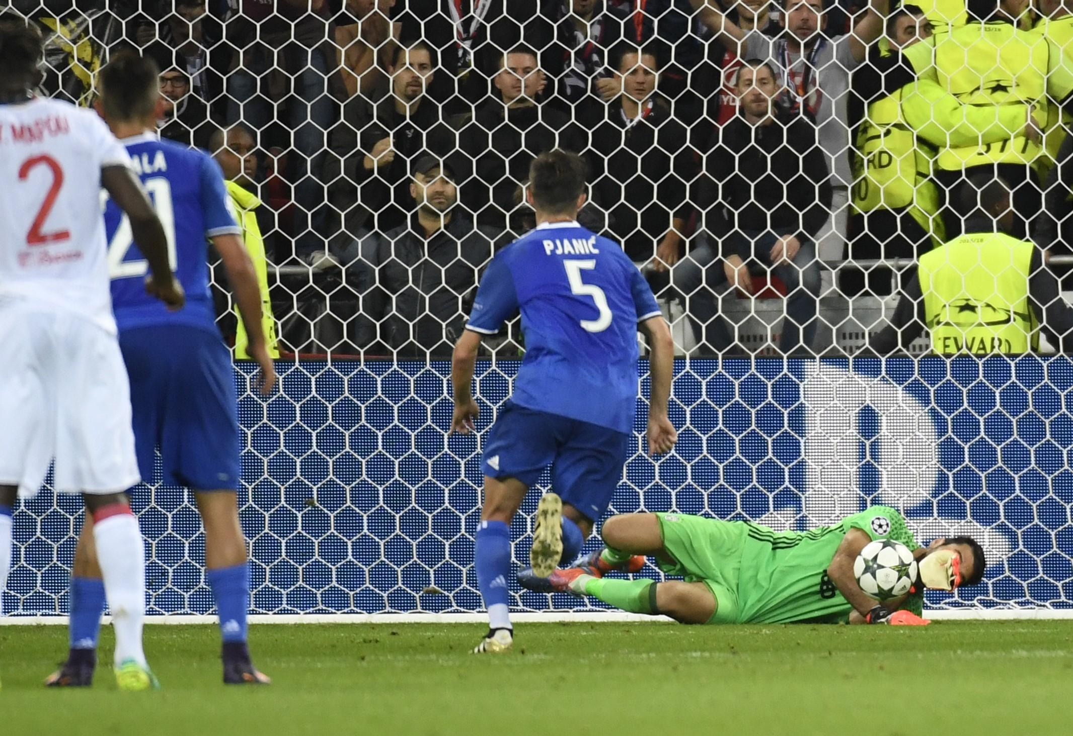 Gigi Buffon saves from Lacazette