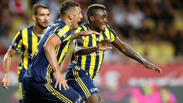 El avión del Fenerbahçe aterriza de emergencia tras romper un ave un cristal