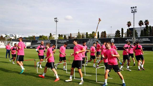 El Valencia entrenó con camiseta rosa en apoyo a lucha contra cáncer de mama