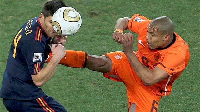 El árbitro Webb reconoce que la entrada de De Jong a Alonso merecía la roja