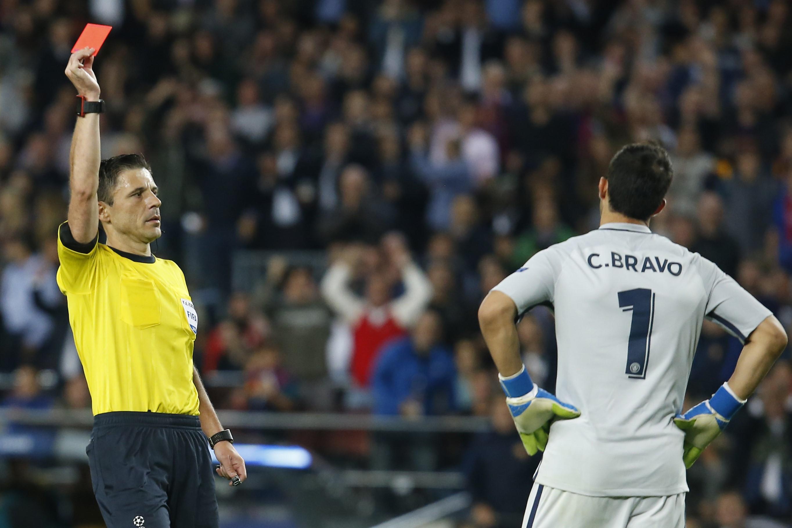 Claudio Bravo, expulsado en el partido entre el Barcelona y el Manchester City