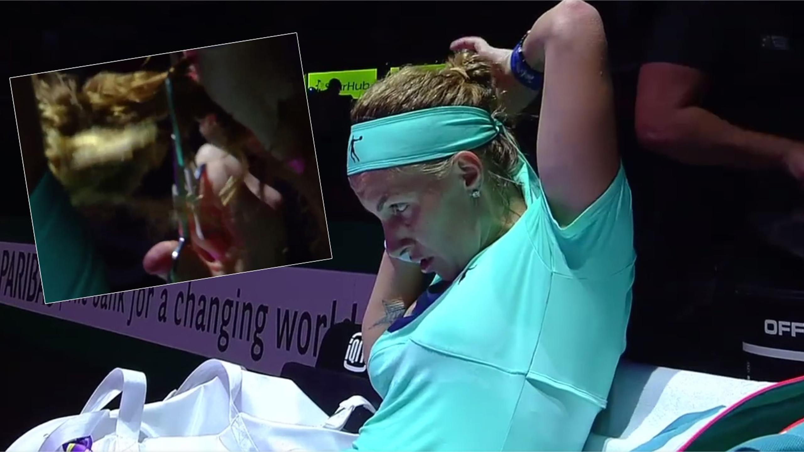 Svetlana Kuznetsova cuts her hair DURING match (WTA on Twitter)