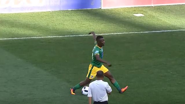 Футболист изЮАР получил желтую карточку застранный финт