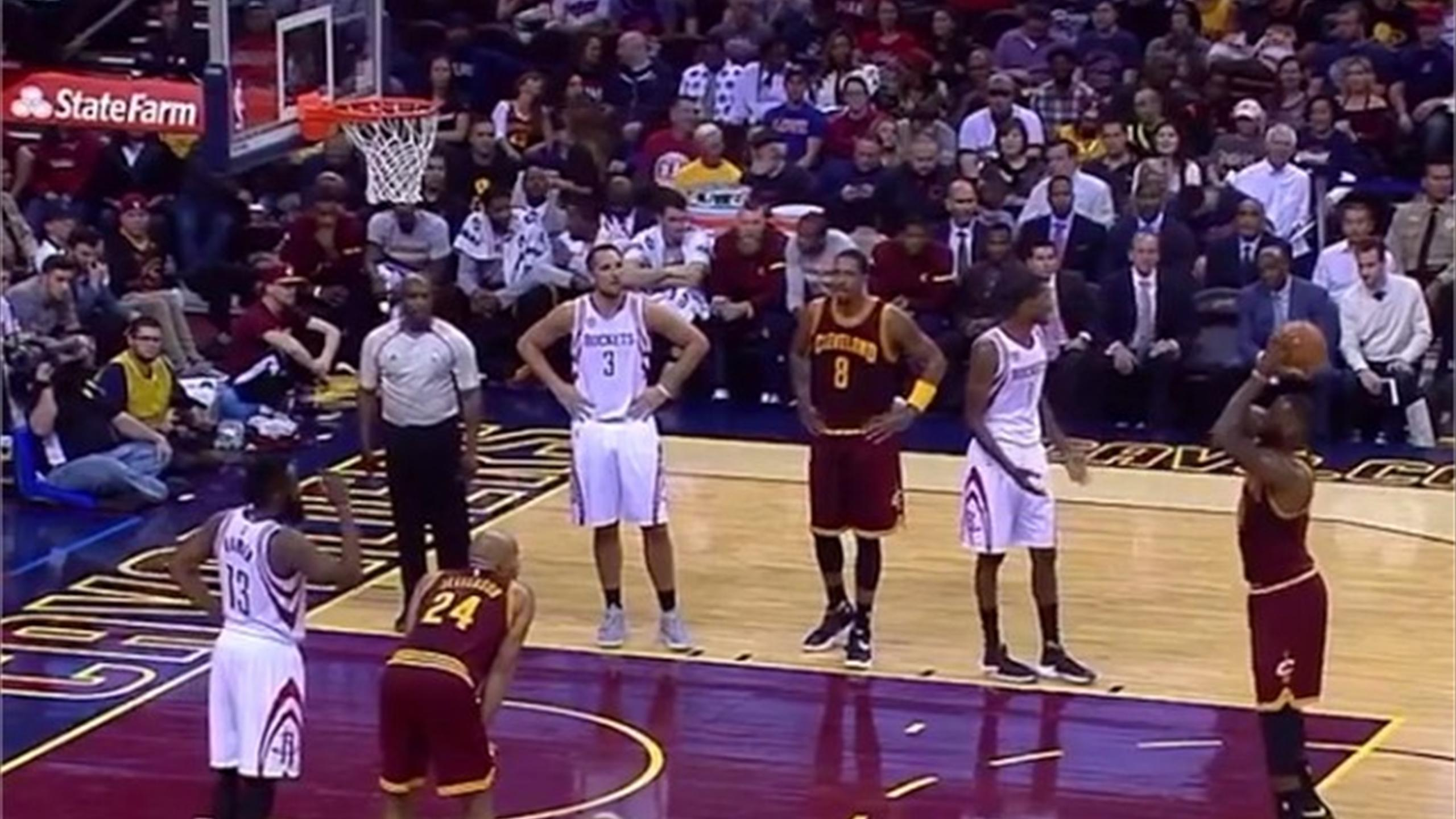Le Bron James completely fluffs free throw leaving fans stunned (Twitter)