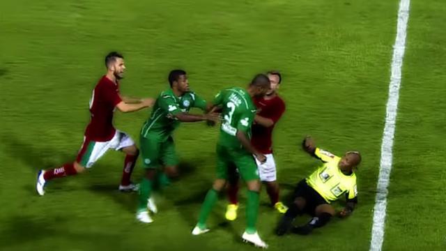 Футболист избил судью запоказанную красную карточку