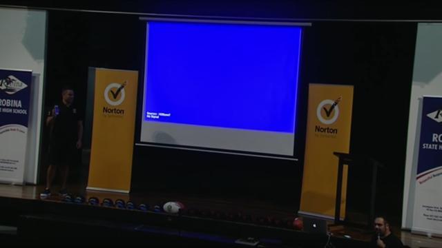 Звездный регбист случайно показал школьникам на презентации порно-фотки с телефона