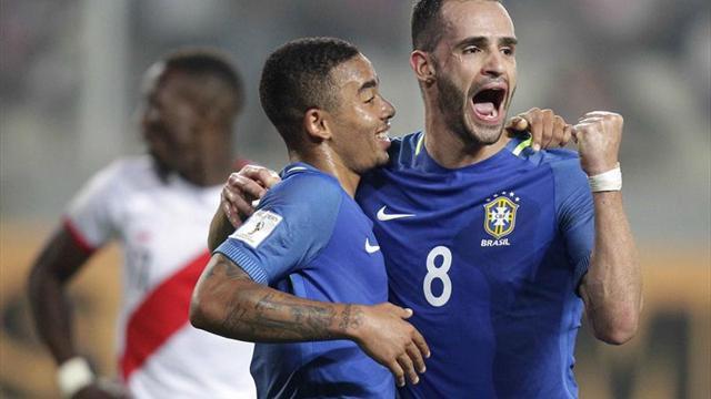 Dos zarpazos permiten a Brasil seguir líder ante Perú (0-2)