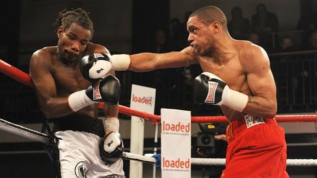 Британский боксер отказался от боя из-за удара кирпичом по голове