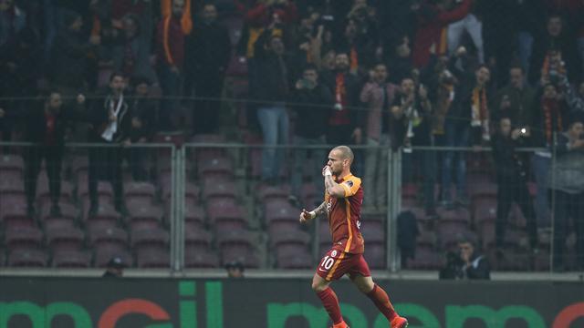 La magia natalizia di Sneijder: pallonetto delizioso che non lascia scampo al portiere