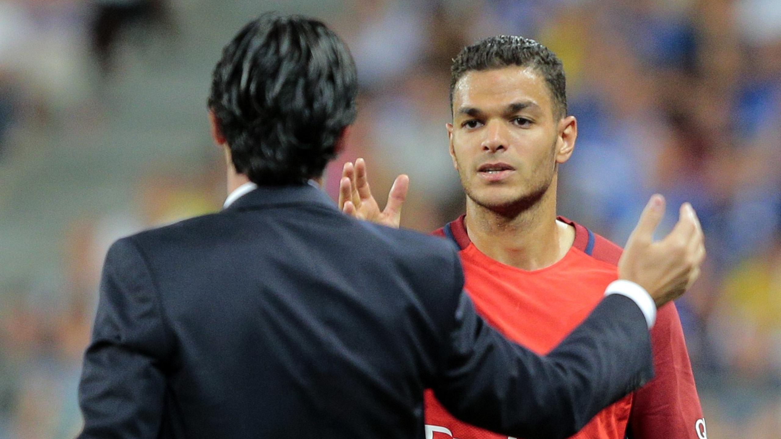 Hatem Ben Arfa (PSG) frappe dans la main de son entraîneur Unai Emery