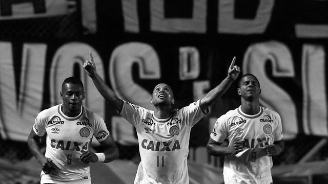 Самолет с футболистами бразильского клуба на борту разбился в Колумбии