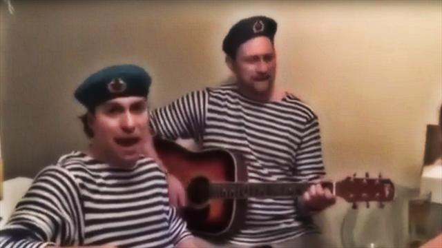 «Чечня в огне, здесь не Афган». Игроки «Кузни» исполняют военные песни