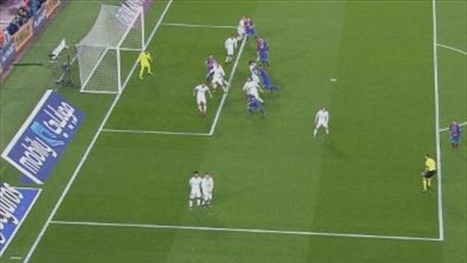 Posible fuera de juego en el gol de luis su rez y penaltis for Fuera de lugar futbol