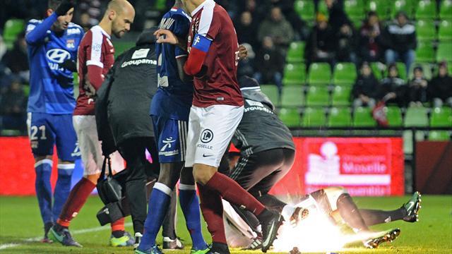 Escalofriante imagen en la Ligue1: Un petardo impacta en el portero del Lyon y explota