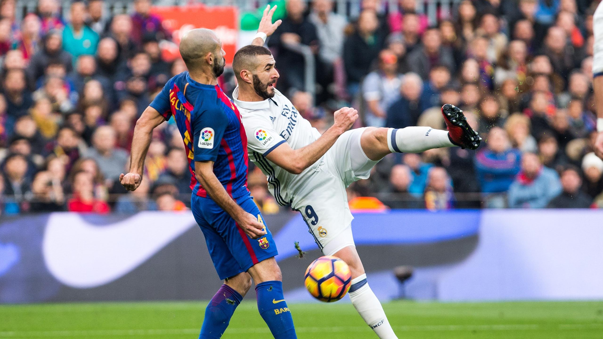 Karim Benzema face à Javier Mascherano lors du Clasico.