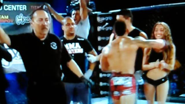 Расстроенный поражением боец MMA по прозвищу Зверь отправил в нокаут ринг-герл