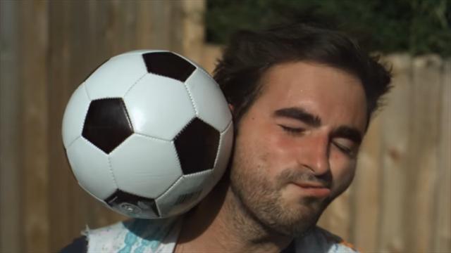 Découvrez les ravages d'un ballon en pleine tête en slow motion