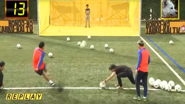Suarez est plus fort que Messi… pour viser un drone avec un ballon