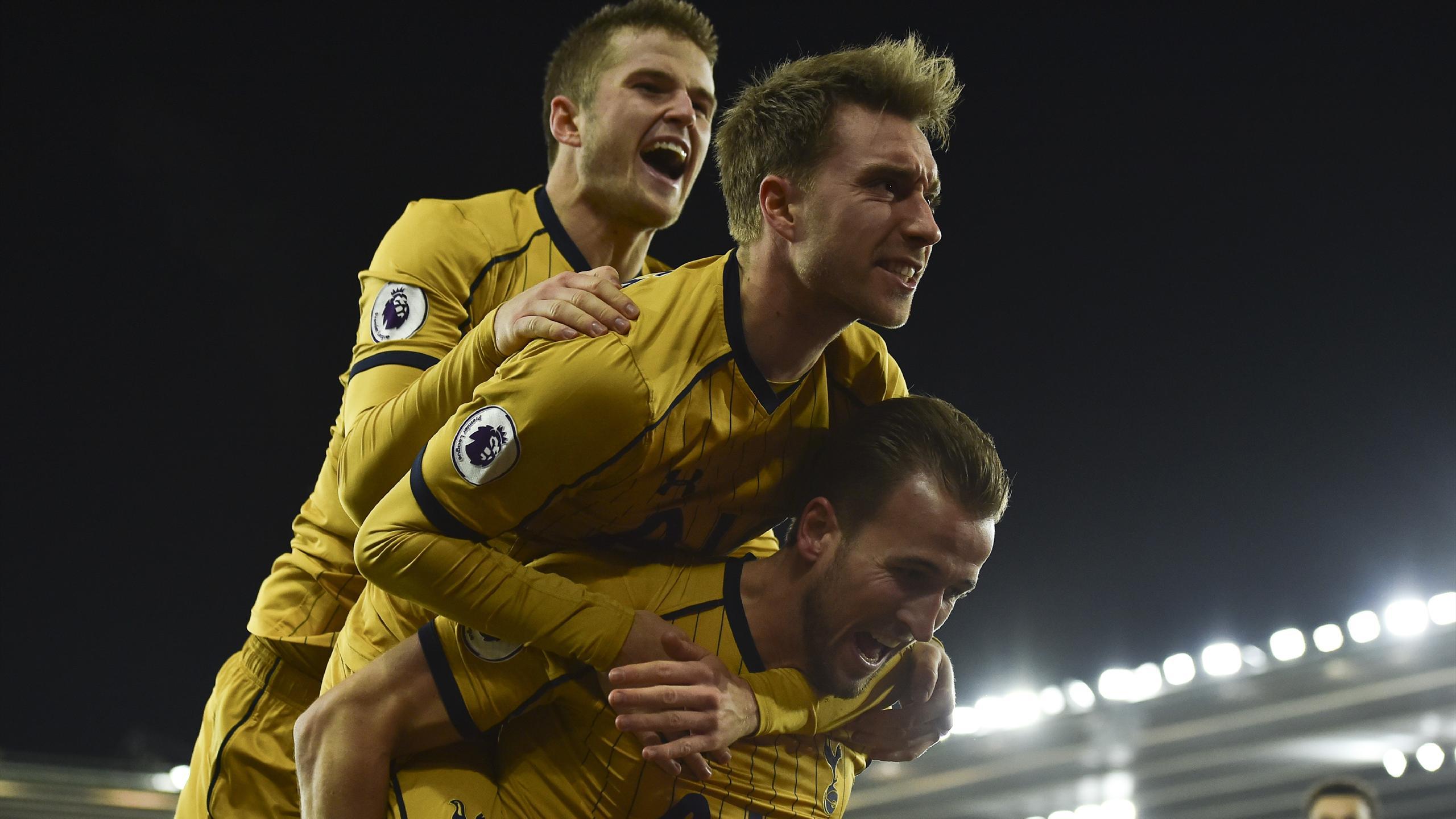 Les Spurs de Tottenham célèbrent leur buteur Harry Kane.