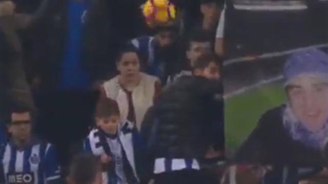 Distraite, cette spectatrice a pris le ballon en plein visage et ça doit faire mal !