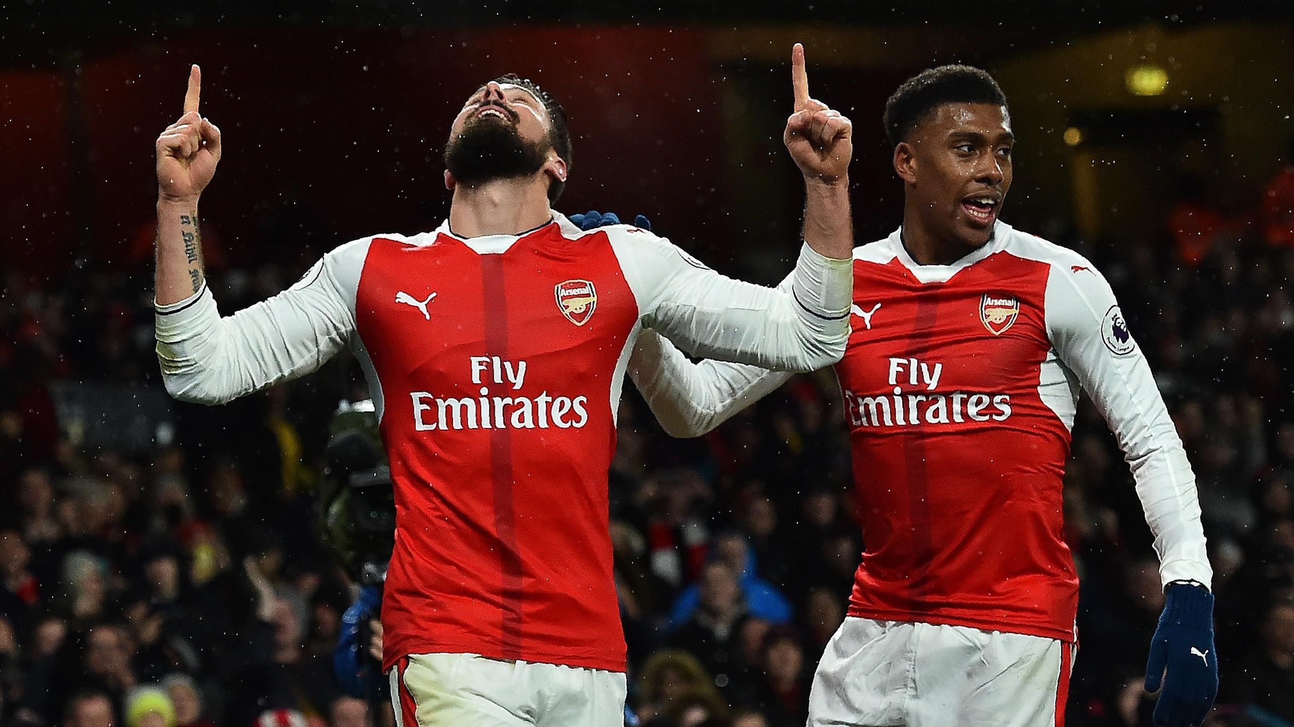 Arsenal's French striker Olivier Giroud (L) celebrates scoring his team's first goal