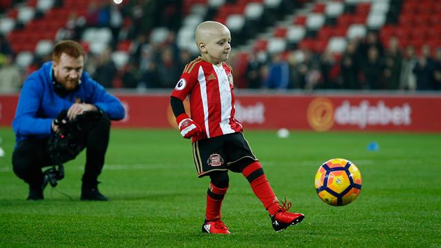 En Premier League, un jeune fan malade reçoit le trophée du but du mois