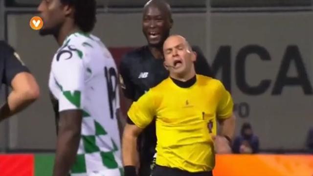 Полузащитник «Порту» получил красную карточку зафол против арбитра