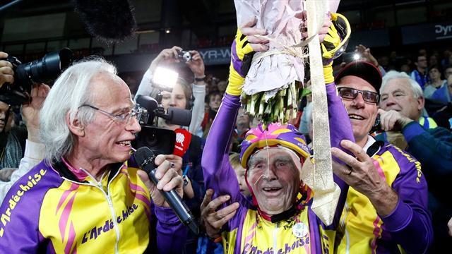 105-летний дед установил рекорд, проехав за час на велосипеде 22,5 километра