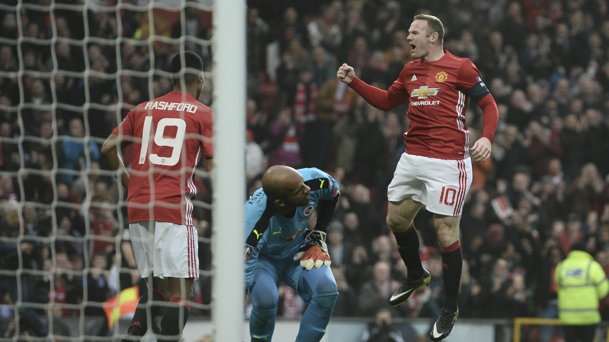 Wayne Rooney a égalé le record de buts de Bobby Charlton en ouvrant le score face à Reading.