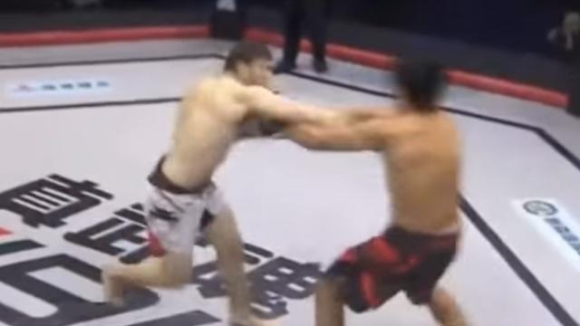 Русский боец MMA отправил конкурента внокаут впроцессе приветствия