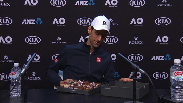 Novak Djokovic offre i pasticcini ai giornalisti a Melbourne