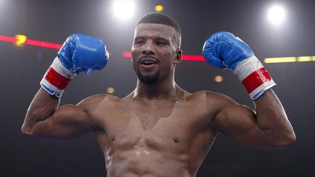 Махая перчаткой, шведский боксер отправил внокдаун судью