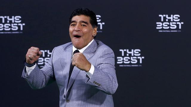 Diego Maradona è arrivato a Napoli: 400 tifosi fanno festa sul