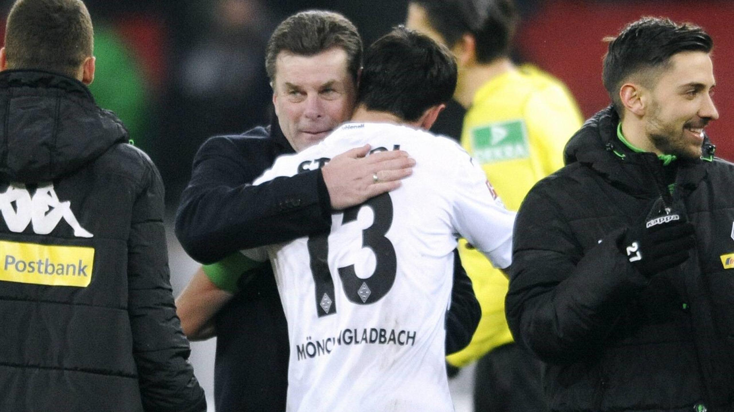 Dieter Hecking herzt Lars Stindl nach dem Sieg gegen Leverkusen
