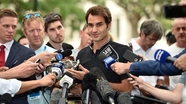 Federer pose avec son 18e trophée du Grand Chelem à Carlton Gardens : «J'attends Wimbledon»
