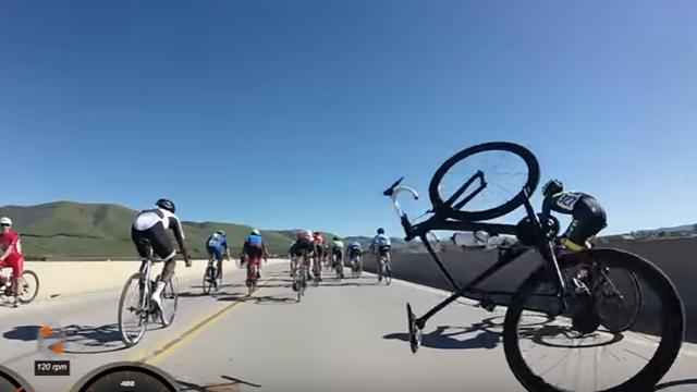 Велогонщик чуть не упал с 9 метров после завала на мосту