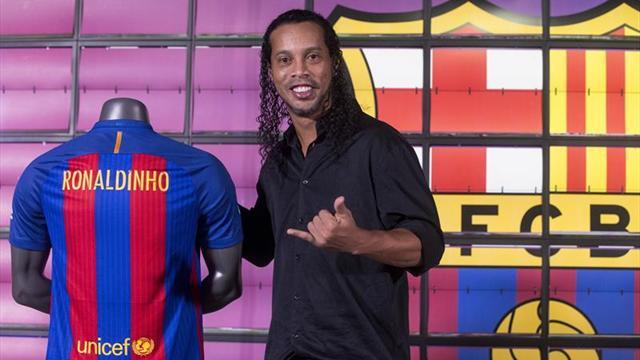 Ronaldinho, embajador del Barcelona, celebra el cargo con la cesión de su Balón de Oro al museo
