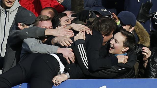 Конте утонул в объятиях фанатов «Челси» и чуть не убил помощника в матче с «Арсеналом»